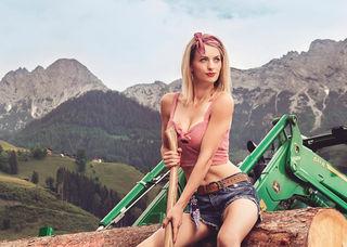 Cornelia aus dem Bezirk Freistadt zeigt sich sexy im Jungbauernkalender 2018