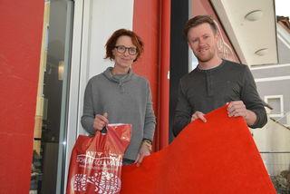 Einen roten Teppich für ihre Kunden hat die Familie Kollmann bei ihrem Schuhgeschäft ausgerollt.