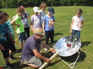 Kinder der Volksschule Strem lernten, wie ein Solarkocher funktioniert.