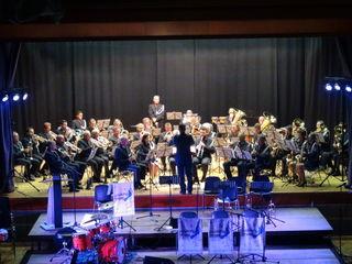 """Die Polizeimusik Steiermark spielte unter Leitung von Christoph Grill mit der Gruppe """"Walking Brass"""" in der Mehrzweckhalle Wagna ein großes gemeinsames Konzert."""