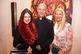 Bei der Ausstellungseröffnung: Künstlerin Petra Holasek, Dompfarrer Toni Faber und Ö3-Moderatorin Claudia Stöckl (v.l.).