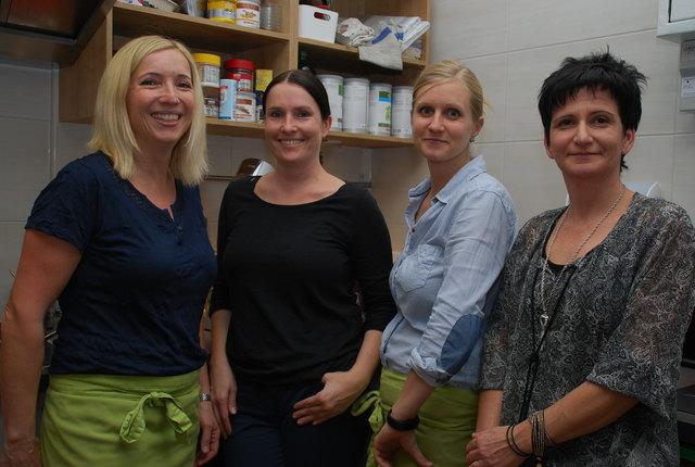 Claudia Walder, Nudelmacherin Sandra Vogl, Juliane Penker und Anni Bugelnig (Tupperware)