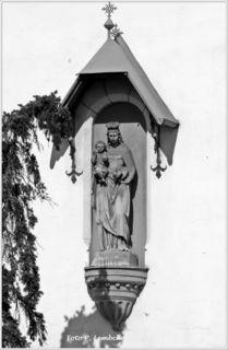 Am Gebäude des Marianums in Wien 18