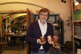Roman Hegenbart mit Teilen des Kaffee-Service, entworfen vom Designer Matthias Lehner. 60 Stunden dauerte die Herstellung.