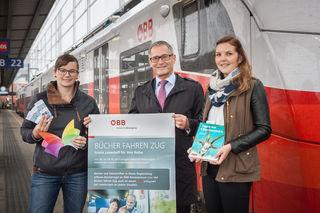Paul Sonnleitner (Regionalleiter ÖBB OÖ, Mitte) mit Katharina Pree (öffentliche Bibliotheken, links) und Katharina Pötsch (rechts).