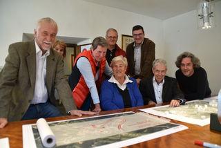 Vorne: R. Tausch, G. Lehn, L. Beermeister, Bürgermeister H. Steixner und Architekt M. Mutschlechner; hinten: M. Kerber und M. Schmidt