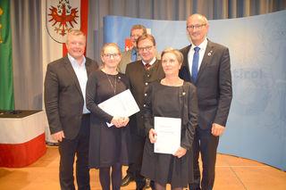 LH Günther Platter verlieh gemeinsam mit LR Bernhard Tilg Bürgerinnen der Gemeinde Galtür in Anwesenheit von Bgm. Toni Mattle und BH Markus Maaß die Tiroler Ehrenamtsnadel.