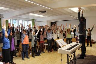 Stimmgewaltig und mit großem Einsatz bei den Stimmübungen: ChorleiterInnen und SängerInnen aus Tirol beim Tag der Kirchenmusik im Innsbrucker Diözesanhaus.