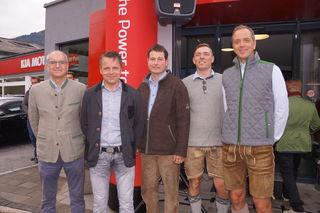 Die drei Geschäftsführer des Kia Center Pongau, Andreas Rohrmoser, Konrad Hettegger und Herbert Fröhlich, mit Verkäufer Martin Hettegger und Bernhard Denk, Managing Director von Kia-Austria (v.r.).