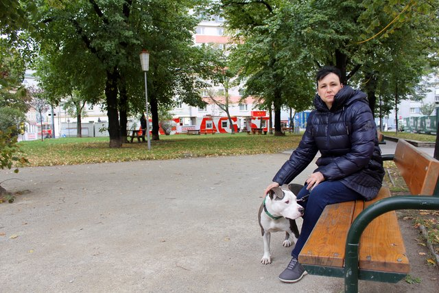 Anrainerin Kerry Shannon und ihr Hund Sammy wollen auch künftig den Park zum Gassigehen nutzen - es ist die einzige Grünfläche weit und breit