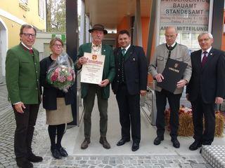 Verleihung der Ehrenbürgerschaft an den Arnfelser Maler Gerald Brettschuh: (v.l.) LAbg. Christian Buchmann, Christiane Muster-Brettschuh, Gerald Brettschuh, Bgm. Habisch, Vizebgm. Josef Gaber und Kassier Loinig.