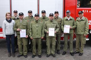 Die erfolgreichen Einsatzkräfte aus dem Abschnitt Freistadt Nord mit Vizebürgermeisterin Nicole Friesenecker (links) und Bezirks-Feuerwehrkommandant Franz Seitz (rechts).