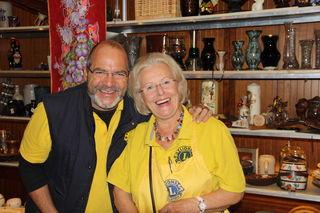 Patrick Köck und Adele Haas beim Lions Flohmarkt.