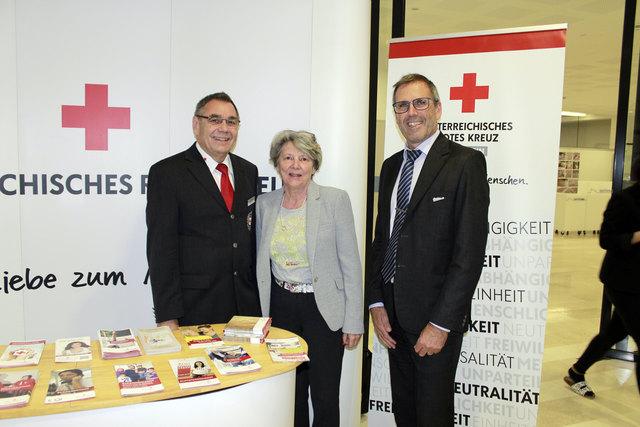 Entrepreneure der HLW / FW stellen sich der sozialen Verantwortung (v.l.n.r.): Der Vizepräsident des Tiroler Roten Kreuzes, Peter Mader, Dir.-Stellvertreterin MMag. Dr. Christine Ankele, die am Standort Europa-Projekte koordiniert, sowie Direktor Mag. Markus Höfle.