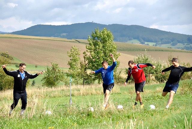 Trendsportart aus Skandinavien: Golf mit Fußbällen nach den klassischen Regeln des Golfs. Die Schläger sind die Füße.