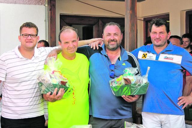 Andreas Scheucher (l.) und Leo Hasenöhrl (r.) können auf ihre Leistung stolz sein. Hier gratulieren sie den Siegern des A-Bewerbs: Hermann Wagner und Alfred Maier.