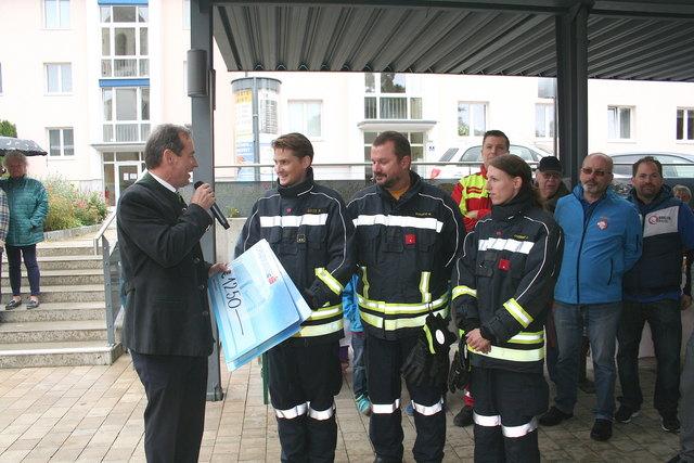Bürgermeister Martin Michalitsch übergab jeweils 1.250 Euro an Rettung, Feuerwehr, Sportverein und Sozialfonds.