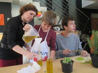 Stellten Kräuteröle her: Michaela Oberrauner, Petra und Martin