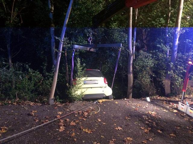 Das Fahrzeug konnte unbeschadet wieder auf die Straße zurückgeholt werden.