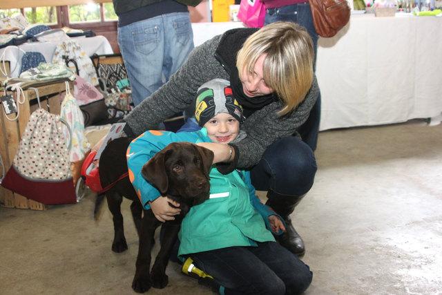 Pablo aus Korneuburg liebt seinen jungen Labrador Leon.