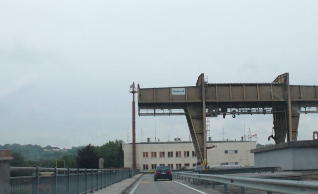 Für Kraftfahrzeuge, Fußgänger und Radfahrer ist die Brücke während der Sperre nicht benutzbar.