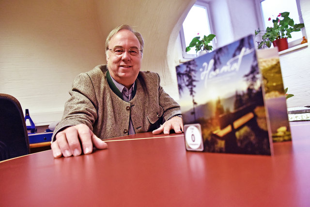"Egon Setznagel mit der Deluxe-Box ""Hoamat""."