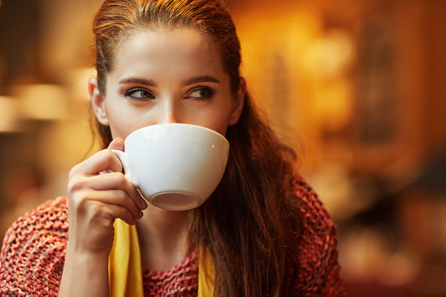Warmer Tee mit Honig hilft bei Husten und Erkältungen.