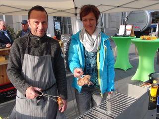 Peter und Rena Wolf servieren neuerdings auch beim bei SüdsteierMarkt in Leibnitz originale Thüringer Bratwurst und Thüringer Rostbrätel .