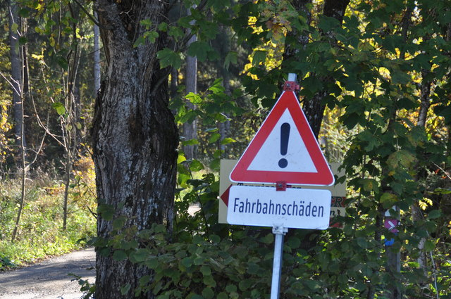 Noch weist ein Schild auf die schlechten Straßenverhältnisse hin. In den nächsten Tagen soll zumindest teilsaniert werden