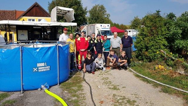 Bürgermeisterin Josefa Geiger (3.v.r.) und Vizebürgermeister Johannes Albrecht (2.v.l.) besuchten die Übung mit den Trinkwasseraufbereitungsanlagen in Sieghartskirchen.