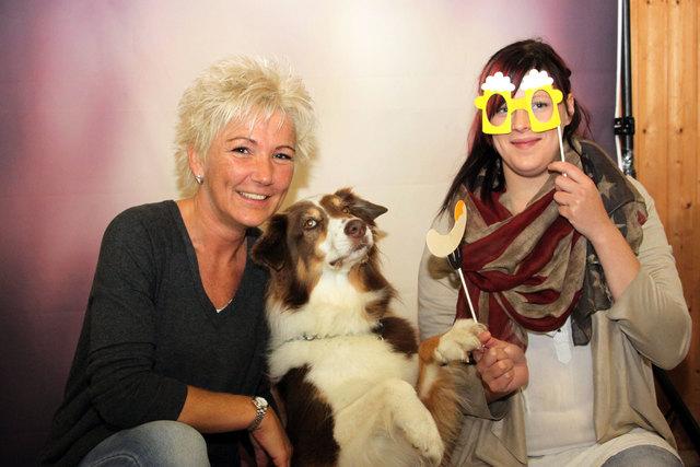 Australian Shepherd Nanouk mit Margit und Steffi.
