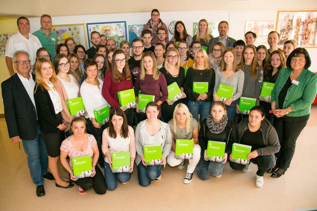 """Die Arbeiterkammer Burgenland übergab an die Schüler des 1. Lehrgangs die """"Pschyrembel""""."""