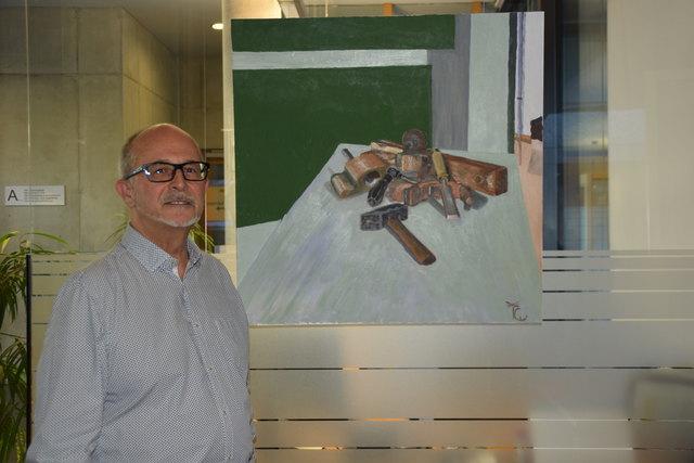 Besonderes Werk: Wolfgang Kätzler zeigt auf diesem Bild, die Werkzeuge seines Vaters, die der Künstler selbst auch heute noch verwendet.