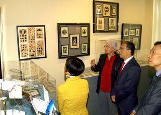 Dir. Christl Chlebecek führt SE Botschafter Xiaosi LI, dessen Gattin und Kulturbotschaftsrat Li Kexin durch die Scherenschnittausstellung.