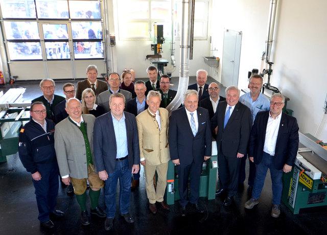 Zahlreiche hochrangige Gäste, an der Spitze Landeshauptmann Hermann Schützenhöfer (3.v.r.), feierten mit dem Stadtservice Fürstenfeld seinen neuen Wirtschaftshof.
