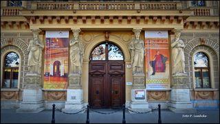 1945 war hier die russische Kommandantur, 1955 bis 2001 war dies das Amtsgebäude des Stadtschulrates für Wien, danach wurde dieses historische Gebäude dem Parlament einverleibt. Sehr interessant erzählt Brigitte Hamann die Geschichte des Palais: https://www.parlament.gv.at/ZUSD/SONSTIGES/Brigitte_Hamann.pdf