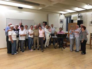 GGR Andrea Kö mit vielen tanzbegeisterten SeniorenInnen und dem Team vom GSD Perchtoldsdorf, die sich während der Veranstaltung um das leibliche Wohl der Gäste bemühten.