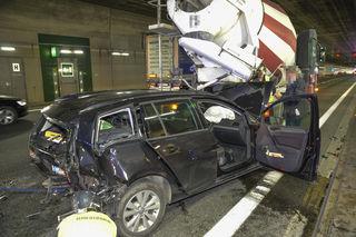 Der Pkw wurde durch den Aufprall unter das Heck des Lastkrafwagens geschleudert.