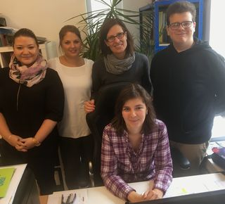 Von links: Vildana Ejup-Duhandzic, Vanessa Blaha und Julia Marx-Pichler besuchen Steffan Rathmann (rechts) an seinem Volontariatsplatz bei Kommunikation & Öffentlichkeitsarbeit Herwig Heider. Vorne sitzend Büroleiterin Mag. Iliyana Stoyanova.