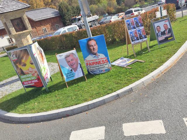 Das war die finale Wahlwerbungs-Offensive der wahlwerbenden Gruppierungen beim Kreisverkehr in Tamsweg. Ein Plakat lag am Boden; ein anderes (2. v. re.) war keiner wahlwerbenden Partei oder Liste zuzuordnen.