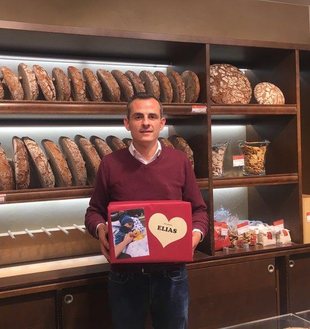 Florian Walter von der Bäckerei Taumberger mit einer der Spendenboxen für Elias
