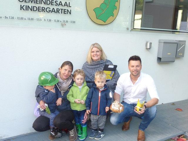 Besuch des Eltern-Kind- Zentrums beim Bürgermeister in Gaimberg v.l. Tagesmutter Christa Pfausler mit den Tageskindern Julia, Johannes,Noah,  Bgm. Bernhard Webhofer und EKiZ-Leiterin Bärbl Ebner