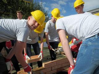 Ran ans Werk hieß es, als die Schüler in die Lehrwelt des Unternehmens Strobl Bau – Holzbau eintauchten.