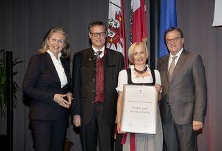 Ältester geehrter Traditionsbetrieb: Wirtschaftslandesrätin Patrizia Zoller-Frischauf mit Johannes Stadler und Tanja Gassner-Stadler sowie LH Günther Platter.