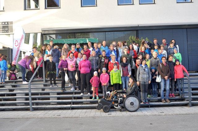 Ein Teil der rund 100 Teilnehmer an den Walk & Talk-Führungen vor dem Kaisersaal.