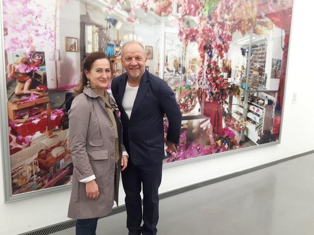 Der Salzburger Künstler Lois Renner und Dozentin Helga Mühlbacher vor einem Crossover Kunstwerk zwischen Salzburg und Wien