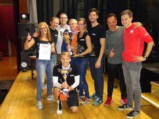 Die Raiffeisenbank Leibnitz gewann das 9-Meter-Turnier beim 1. Stadionwirbel im Römerstadion von Wagna. Daz gratulierten Turnierorganisator GR Stefan Matic (re.) und Vizebürgermeister Ritter sowie DJ Pazi.