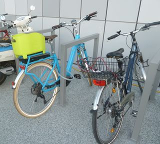 """Das auffälligste E-Bike, das zur Eröffnung des Med-Campus """"angereist"""" war."""