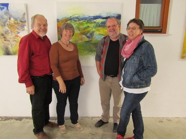 Malerin Frieda Unger in Ladendorf mit einem ihrer Fans, Autor Rudi Weiß (beide Mitte), der auch schon einige Werke der Künstlerin besitzt.
