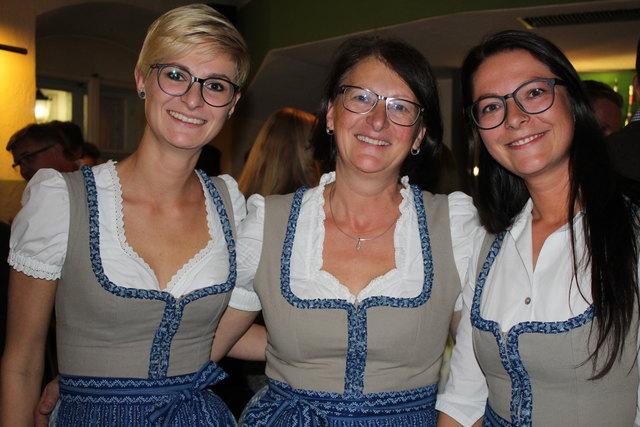 Schick in Dirndl: Iris, Renate und Eva (v.l.)